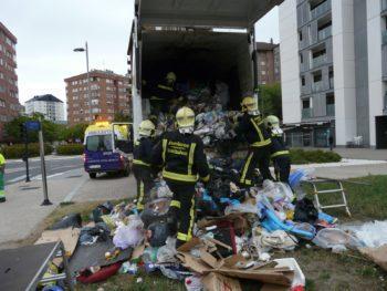 Secuencia del rescate del sujeto, el cual yacía dentro del camión de la basura.