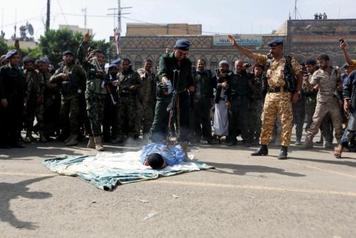Imagen del momento de la ejecución del violador y asesino de una niña en la capital de Yemen.