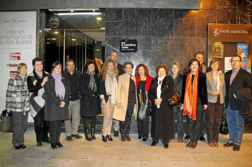 Autoridades, familiares y amigos de Catalina Valls, a la puerta del teatro.