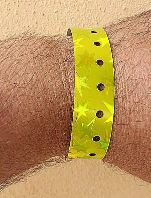 Mediante las pulseras se busca evitar posibles conflictos entre jóvenes de alrededor de 18 años y bares.