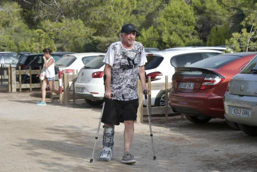 Boris Becker intentó pasar desapercibido con sus muletas pero no fue posible.
