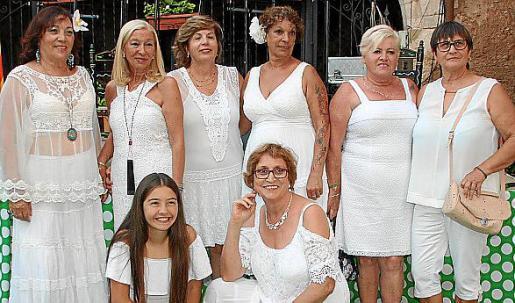 Carmen Vargas, Elvira Martín, Carmen Hidalgo, Paquita Martín, Magda Cerezo y Adriana Collados. Agachadas: Celia Sanz y Josefa Cuesta.