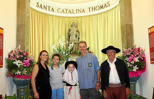 Joana Mulet, Marc Morey, Clara Morey, Joan Morey y Gaspar Mas que encarna al 'padrí de la Beata' y es quien encabeza la procesión portando una imagen de la Santa.