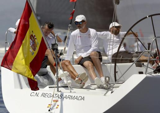El rey Felipe VI a bordo del 'Aifos' espera el comienzo de la cuarta jornada de la 36 edición de la Copa del Rey de Vela.