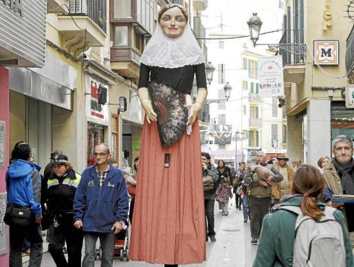 La 'geganta Margalida', paseando por Palma.