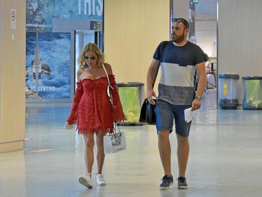 La actriz de 62 años de edad paseó con gesto serio por el aeropuerto de Ibiza vestida con un llamativo vestido rojo y una zapatillas blancas.