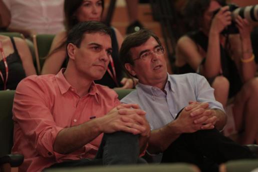 Pedro Sánchez (izquierda), recientemente en la clausura del congreso de su partido en Baleares.