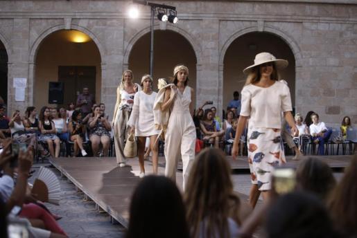Las modelos, desfilando con la colección 'Estuve en Mallorca y me acordé de ti' del diseñador Pau Aulí.