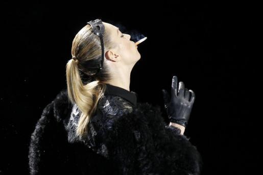 La modelo Kate Moss, de 37 años, apareció sobre la pasarela con un look muy atrevido y fumando un cigarrillo.