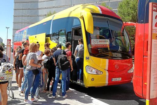 Parada del Aerotib en el aeropuerto de Son Sant Joan, a plena actividad en fin de semana.