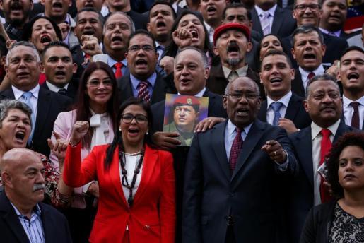 La presidenta de la Asamblea Nacional Constituyente, Delcy Rodríguez (i-abajo), posa junto al resto de integrantes.