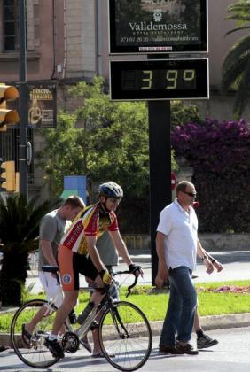 Mallorca vivirá en la jornada de este sábado su último día bajo los efectos de la ola de calor, ya que el domingo las temperaturas máximas serán de unos 33º, entre 3º y 4º inferiores a las de esta jornada.
