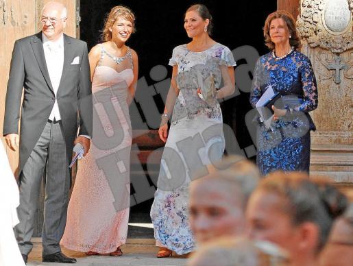 Silvia de Suecia y la princesa heredera del trono, Victoria, a la derecha de la imagen con otros invitados en el portal mayor de la Catedral de Mallorca.