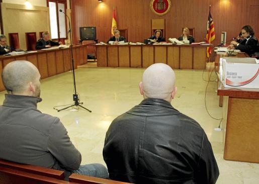 El guardia condenado, Salvador Moratalla, a la derecha, en el juicio.