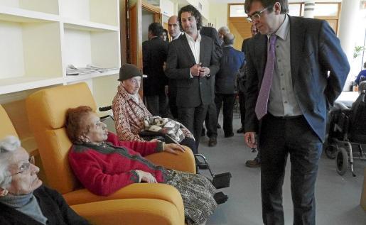 El president Francesc Antich y el regidor Pere Malondra saludan a algunos de los usuarios.