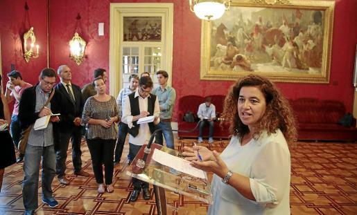 Pilar Costa atiende a los periodistas en el Parlament. Las nuevas plazas de asesor serán para Comunicació.