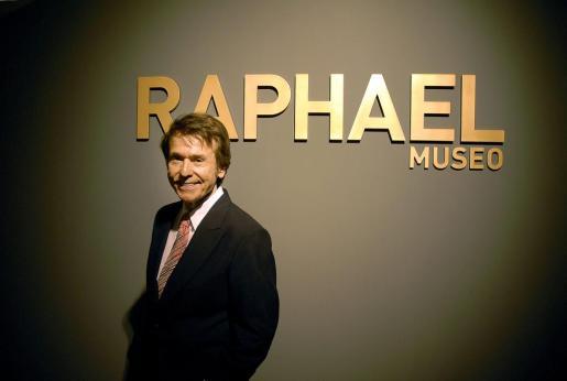 El cantante Raphael, durante la inauguración en Linares (Jaén) del museo que recoge la colección personal que el artista ha cedido a su ciudad natal.
