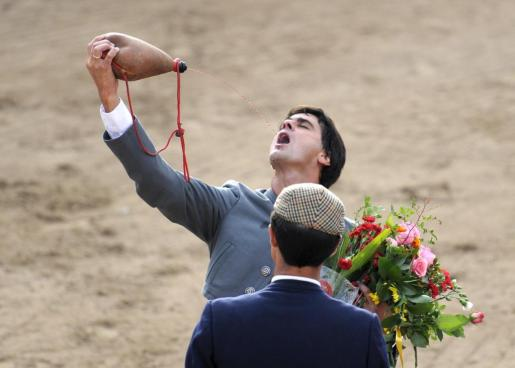 Jesulín, celebrando con vino una corrida de toros en Alcudia.