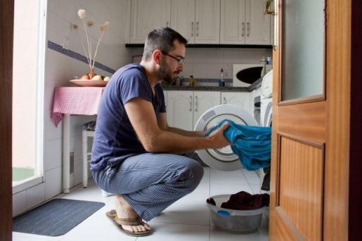 Más de la mitad de los niños de Baleares afirman que las tareas de casa son «solo de mamá»