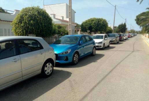 Cala Llombards absorbe los vehículos que van a s'Almonia. Algunas calles del núcleo urbano se llenan de coches a primera hora.
