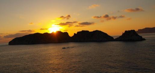 En Mallorca existen infinidad de puntos para otear tan gran espectáculo de luces como es la puesta del ocaso. La buena temperatura da lugar a esos colores rojizos de tanta belleza.