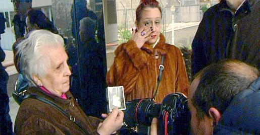 MD47. MADRID, 11/03/2011.- Imagen facilitada por EFE Televisión de Remedios Toledano (i), una madre de 78 años que se encuentra entre los afectados que han comenzado a declarar hoy ante la Fiscalía de Madrid como testigos en relación con la causa de los niños robados, en declaraciones a los medios junto a su hija Charo (d), tras prestar declaración ante uno de los seis fiscales que llevan la investigación de esta causa. EFE/EFETV ESPAÑA-NIÑOS ROBADOS