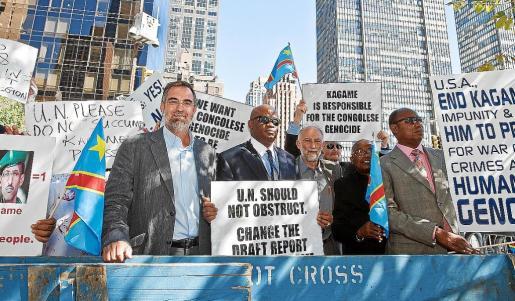 Pere Sampol y Juan Carrero, en una protesta contra Kagame en septiembre en Nueva York.
