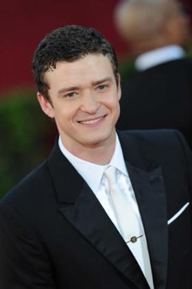 El músico estadounidense Justin Timberlake posa al llegar a la edición 61 de la entrega de los Premios Emmy en el Teatro Nokia en Los Àngeles.
