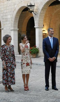 La reina Sofía, doña Letizia y Felipe VI, en La Almudaina antes de comenzar el saludo en el Patio de Honor.