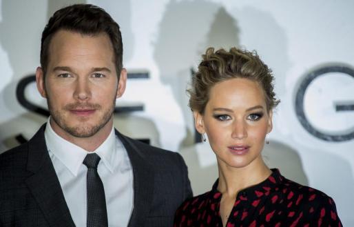 """Los actores estadounidenses Jennifer Lawrence (d) y Chris Pratt, posan a su llegada a la presentación de la película """"Passengers"""", en Londres, Reino Unido."""