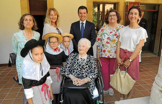 Catalina Alzamora, Águeda Ropero, Jacobo Planas, Catalina Cirer y María Mayol. Delante: Pilar Planas Alzamora, Juana Marqués, Adela Areitio y Catalina Marqués.
