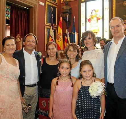 María Antonia Quetglas, Luis Oliver, Marga Genestar, Llum Gómez, Susana Pacheco y Frank William Acker con Mireia y Laura Mauriño.