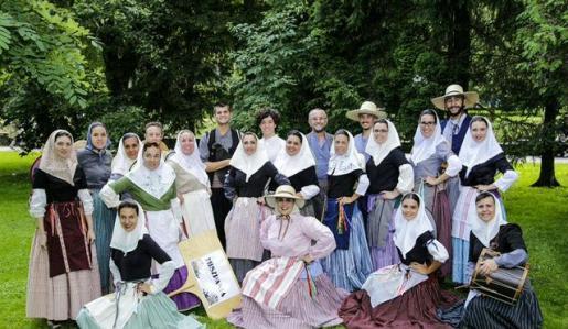 La agrupación llucmajorera Calabruix posa en un reconocido festival de danzas en Polonia.