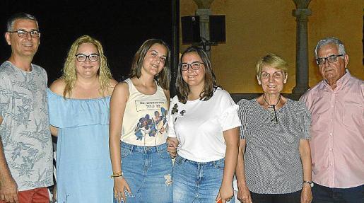 Miquel Pieras, Maria Antònia López, Marta Pieras, Aina Pieras, Catalina Villalonga y Gabriel Pieras.