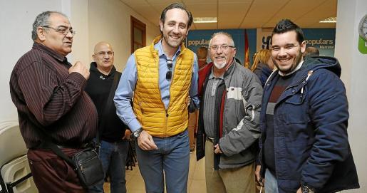 José Ramón Bauzá, con militantes del PP de Marratxí en una reunión que mantuvo en la sede del municipio tras perder el congreso regional.