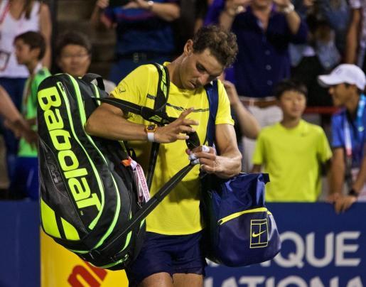Rafael Nadal se retira de la pista tras caer ante el joven canadiense Denis Shapovalov en el torneo de Montreal.