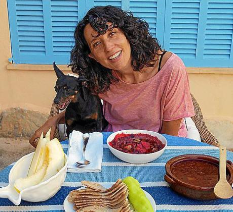 Maria Avellà muestra su plato de Oliaigo empegaït.