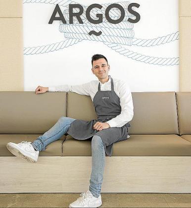 Álvaro Salazar, chef del Argos Restaurante, en el Port de Pollença, posando.