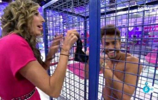 Paz Padilla se quita las bragas en directo en Telecinco.