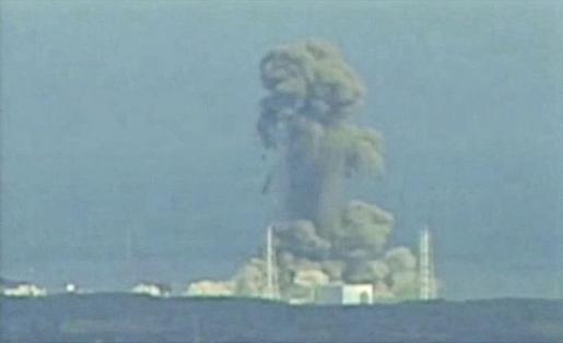Una columna de humo sale de la central nuclear tras la explosión.