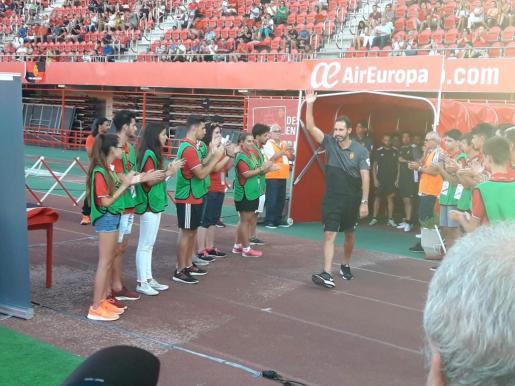 Vicente Moreno, entrenador del Real Mallorca, saluda a la afición este sábado en Son Moix.