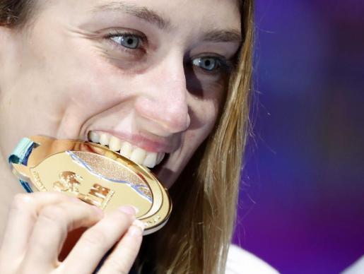 Mireia Belmonte, con la medalla de oro alcanzada en Budapest el pasado mes de julio.