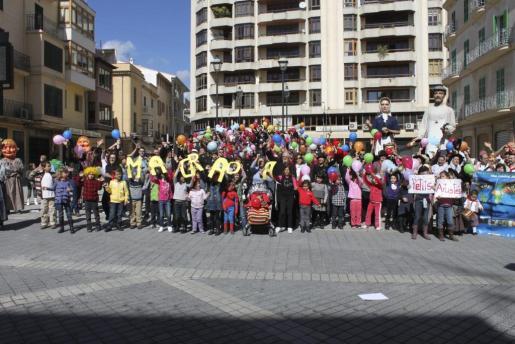 El grupo de niños y adultos de Inca que rodaron el lipdub de la OCB.