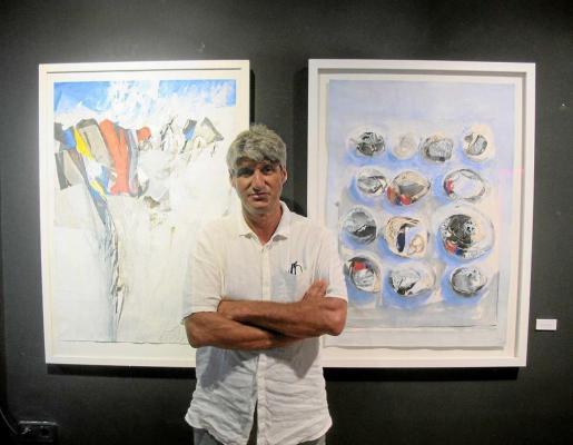 Jorge Alcolea con dos cuadros de Carles Guasch.