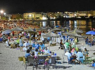 Los vecinos de s'Illot, bajo manteles y a pie de la playa en la Sombrillada nocturna