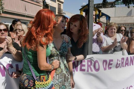 Juana Rivas, en el centro, la mujer a la que un Juzgado de Granada obliga a devolver a sus dos hijos a su padre.