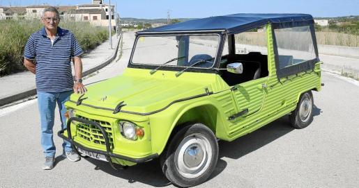 Joan Riutort es el propietario de este Méhari de 1983 que se hizo tan popular entre los turistas de la Isla en la década de los ochenta
