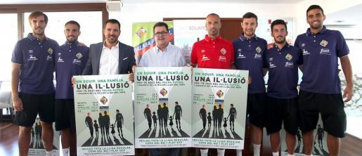 Imagen de jugadores, cuerpo técnico y directiva del Palma Futsal durante la presentación de la nueva campaña de abonados.