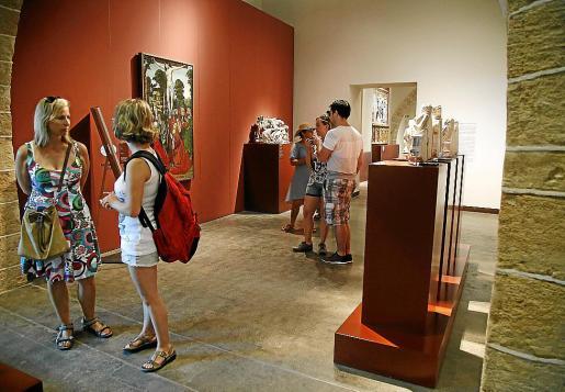 Turistas en el Museu Diocesà.