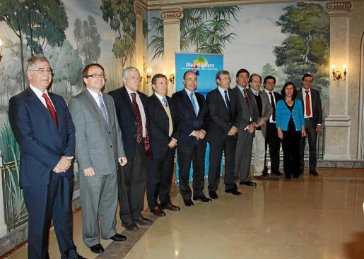 El director general de Promoción, Vicente Torres, junto a los representantes de los touroperadores portugueses y de la OET en Lisboa, ayer en la capital lusa.